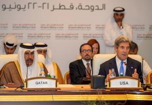 El secretario de Estado de EEUU, John Kerry (derecha), junto al primer ministro de Catar, Hamad al Zani.