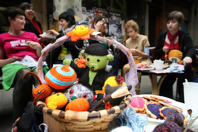 Llega a Barcelona el día mundial del tejer en público