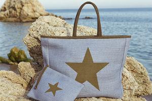 La bolsa luce una estrella, uno de los estampados de la temporada.