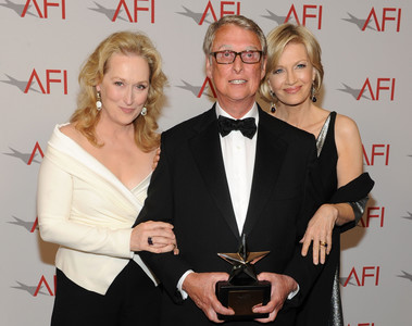 Mike Nichols posa con el premio a toda su carrera junto a su esposa, Diane Sawyer (derecha), y la actriz Meryl Streep, en junio del 2010.