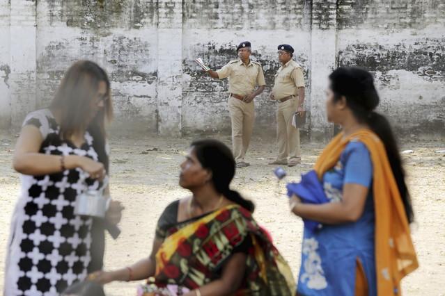 La policía hace guardia cerca del convento en que la monja fue violada.