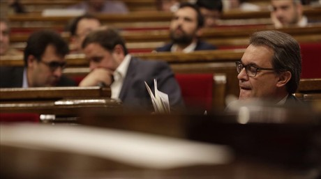 El 'president' Artur Mas, en primer t�rmino, este mi�rcoles en la sesi�n de control en el Parlament.