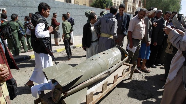 Manifestantes llevan restos de un misil saudí a la sede de la ONU en Saná.