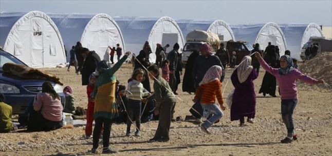 Niños sirios juegan en un campamento temporal para refugiados.