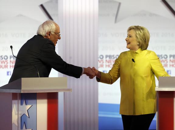 Bernie Sanders y Hillary Clinton se saludan al final del debate demócrata, el jueves en Milwaukee.