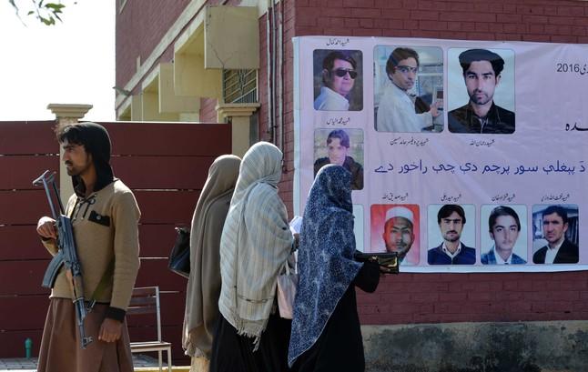 Estudiantes de la universidad Bacha Khan en el campus tras la reapertura de sus puertas este lunes.