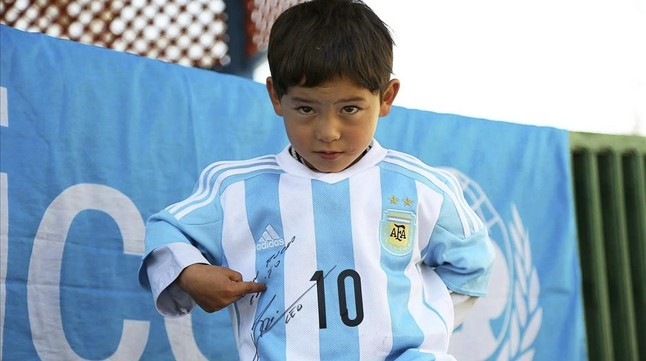 El niño Murtaza muestra con orgullo la dedicatoria de Messi en la camiseta de la selección argentina
