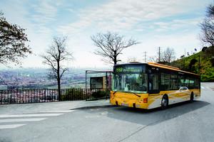 Un autobús haciendo su recorrido en Santa Coloma.
