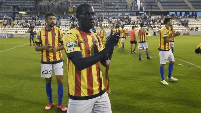 Los jugadores del Lleida, con la camiseta de la senyera, que se pusieron una vez finalizado el partido.