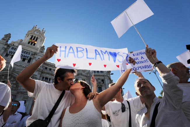 Participantes en la concentración de Madrid en favor del diálogo
