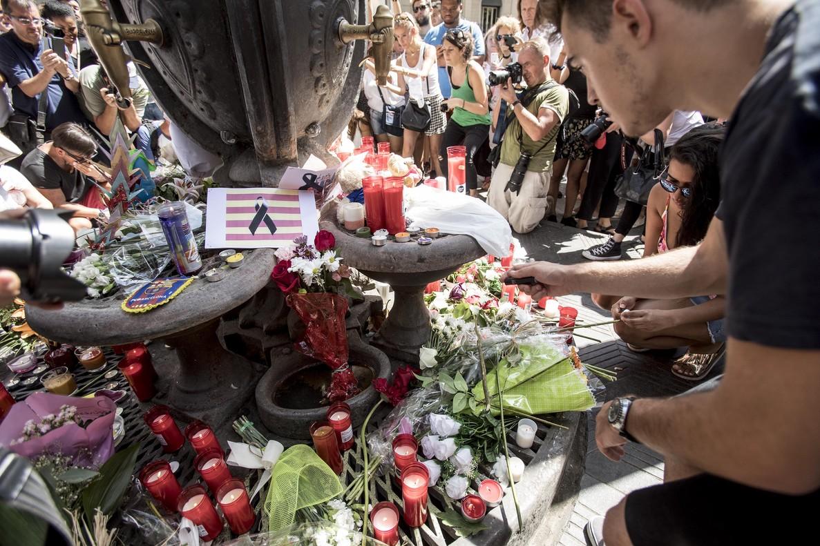 Ofrendas florales en la Rambla de Barcelona, un día después del atentado.