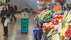 Un operario de Ulabox prepara varios pedidos en el mercado del Ninot.