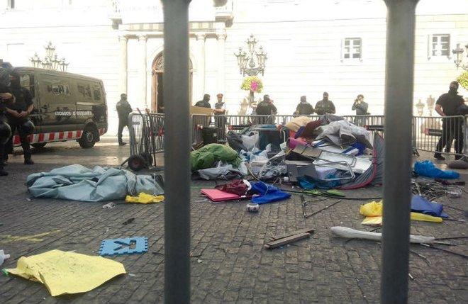 La acampada independentista vuelve a Plaza Sant Jaume tras el desalojo