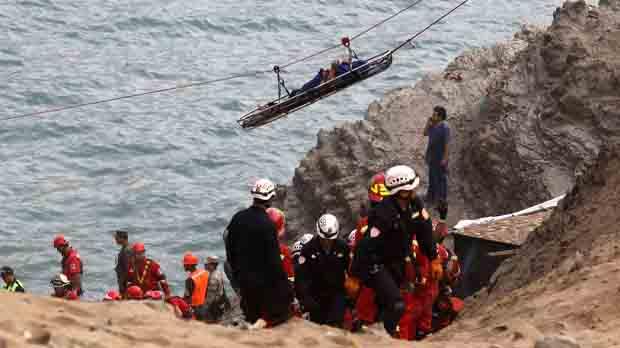 El complicado rescate de los cuerpos ha provocado que se tengan que usar helicópteros y tirolinas para llegar al lugar.