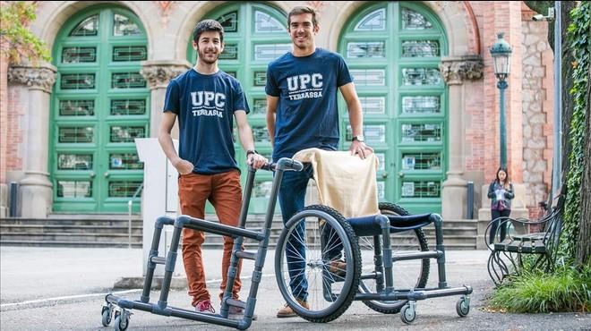Adri� Sall�s (izquierda) y Bernat Vila, con el prototipo de silla de ruedas barata desarrollada en la UPC.