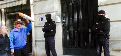 Agentes delante del domicilio de dos de los detenidos en Barcelona, esta ma�ana