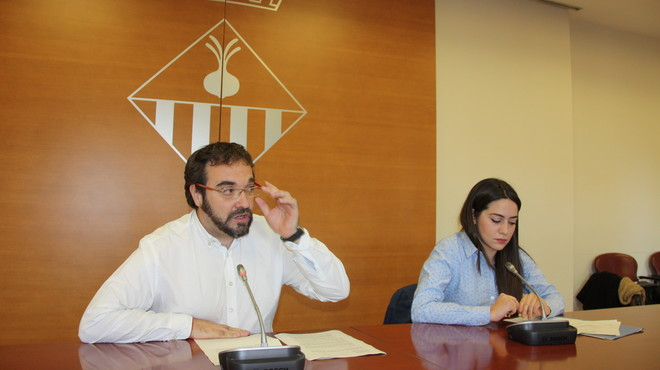 El alcalde de Sabadell, Juli Fern�ndez, y la concejala de Transparencia, Elena Hinojo, presentan el plan para el desarrollo de un c�digo �tico municipal.