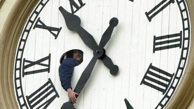 Un operario mueve las agujas de un gran reloj en la ciudad de Peterborough, en Canad�, uno de los pa�ses que tambi�n cambia el horario oficial dos veces al a�o.