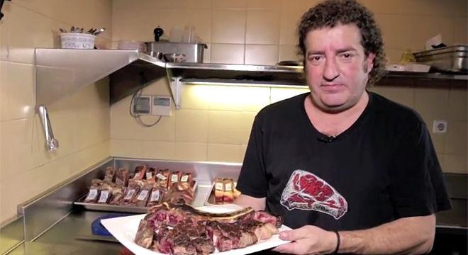 Iñaki Lz de Viñaspre, presidente del grupo Sagardi, enseña a asar a la parrilla el auténtico y afamado chuletón vasco que se sirve en sus restaurantes.