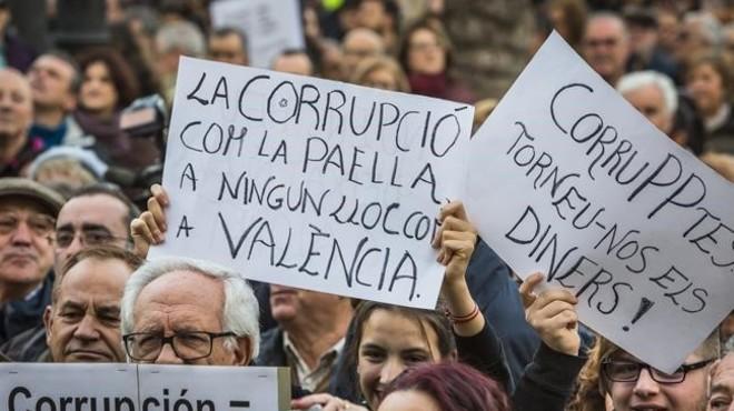 Asistentes a la manifestaci�n contra la corrupci�n celebrada este domingo en Valencia portan carteles contra el PP y los casos que han afectado a esta comunidad.