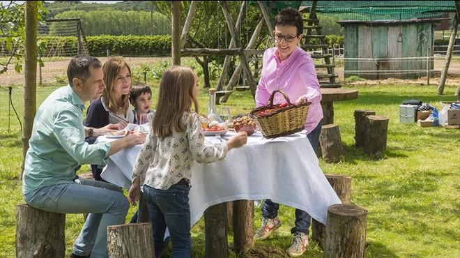 Carme Ruscalleda,en una imagen de la campaña de 'Benvinguts a pagès', que forma parte de las actividades de madrina de Catalunya, Regió Europea de la Gastronomía 2016, de la cual la chef es madrina.