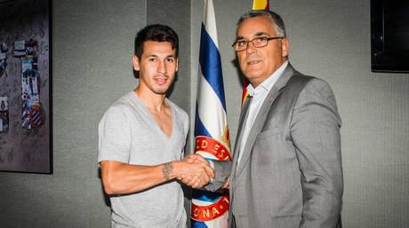 El delantero paraguayo Hern�n P�rez, nuevo refuerzo del Espanyol, estrecha la mano del presidente, Joan Collet.