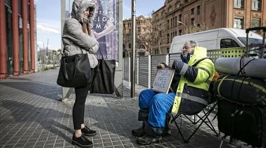 Jean-Pierre Ady Fenyo,que se hizo famoso hace 30 años en Nueva Yorkcomo The Free Advice Man, da un consejo gratis a una chica a la salida del metro de Arc de Triomf.