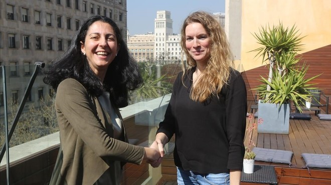 López-Aranguren, izquierda, y Esther Jansen, en las oficinas de Lionbridge en Barcelona.