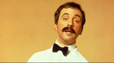 El actor Andrew Sachs, como el camarero catalán/mexicano Manuel, en la serie 'Hotel Fawlty'.
