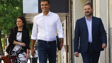 Sánchez se inclina por abstenerse en la moción de Podemos y duda qué hacer con los barones