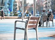 Pensionistas sentados en un bancos de Barcelona.