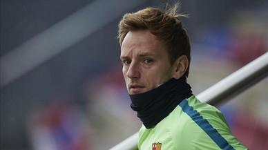 Rakitic, a punto de empezar un entrenamiento del Barça en la ciudad deportiva.