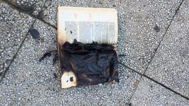 Cremen una Constitució en protesta per l'acte oficial del 6-D a Rubí