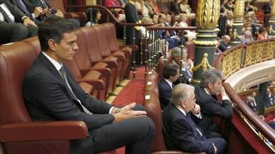 Sánchez, solitario líder de la oposición en la tribuna de autoridades