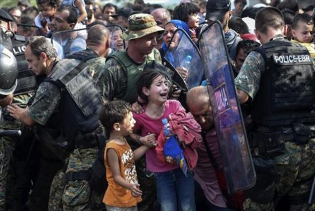Macedonia abre la frontera a los refugiados tras gasearles