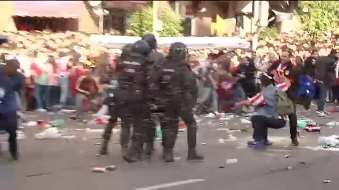 Así fue la agresión de los hinchas del Atletico a uno del Real Madrid ante la Policía