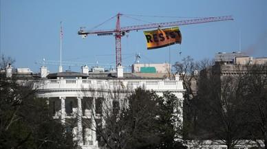 """Activistes de Greenpeace pengen una pancarta amb la paraula """"resist"""" a prop de la Casa Blanca"""