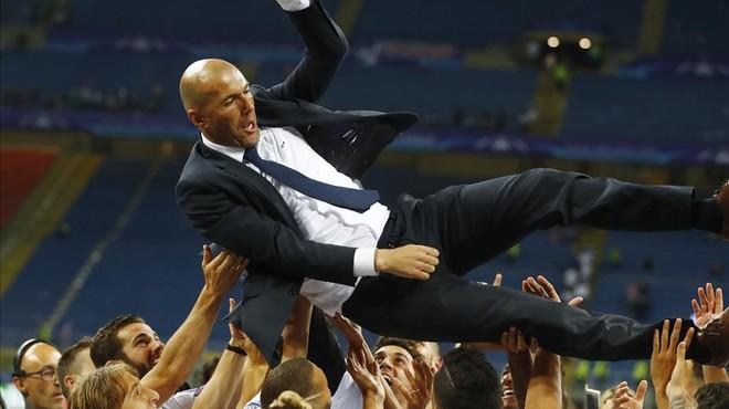 Zidane es manteado por los jugadores nada m�s terminar el partido en San Siro.