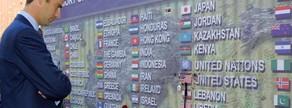 El príncep Felip observa un mur on es mostren les diferents nacionalitats de les persones mortes en l'atemptat terrorista.