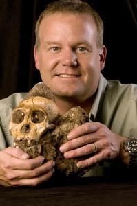 Lee R. Berger, de la Universidad deWitwatersrand de Sudáfrica, muestra el cráneo del 'Australopithecus sediba'.