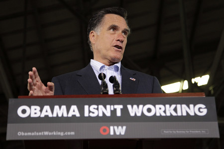 Romney, durante un acto electoral en Ohio, el 19 de abril, junto a un cartel que reza 'Obama isn't working' (Obama no funciona).