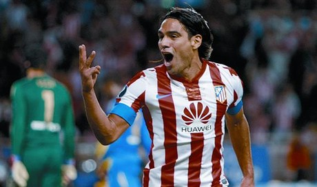 Falcao muestra con orgullo tres dedos de su mano, despus de marcar su tercer gol en la final de la Supercopa.
