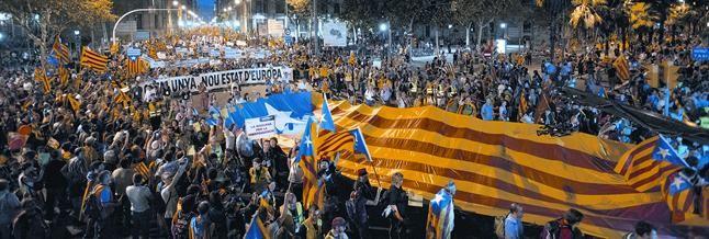 El pas de la manifestació independentista pel passeig d
