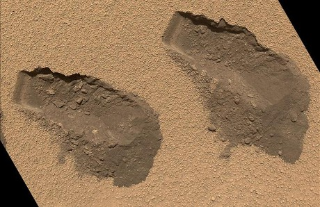 Aspecto del suelo de Marte después de que el robot recogiera una muestra.