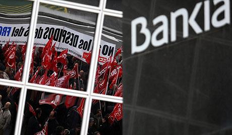 Protesta por los despedidos de Bankia, en la plaza de Castilla de Madrid, a mediados de diciembre.