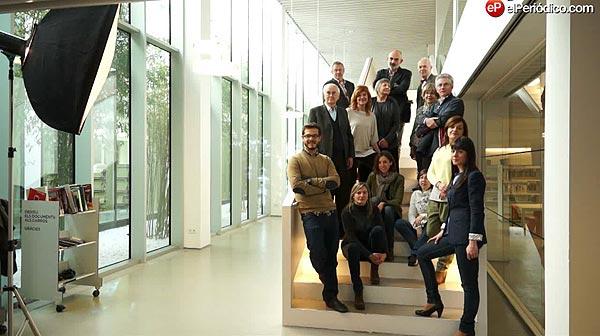 Un grupo de escritores, libreros y lectores se reúnen por Sant Jordi en la Biblioteca Camp de l'Arpa Caterina Albert de Barcelona.