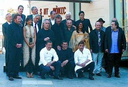 Los hermanos Roca, agachados, junto a los participantes en 'El somni'.