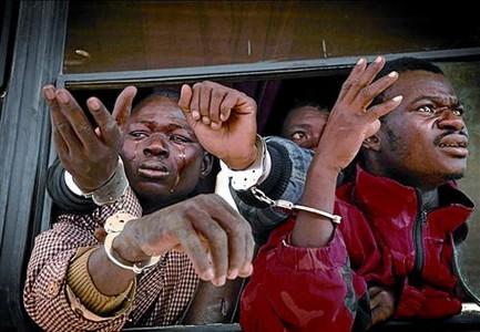 Gener del 2008. Immigrants subsaharians, conduïts emmanillats al desert.