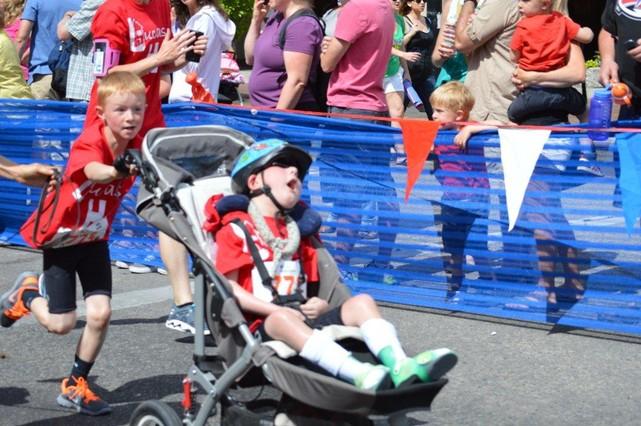 Noah transportando a Lucas en el triatlón.