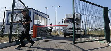 Un cami�n del convoy, a su entrada en Rusia este s�bado.